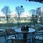 丸亀製麺 - テラス席の向こうは中野セントラルパーク