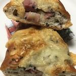パン小屋Hutte - ごまチーズベーコンの断面
