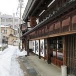 俵屋 - 雪深い店前