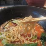 81885223 - 旨味とトマトの甘みが絡んだスープは「真鍋製麺所」の特製ちぢれ麺との相性抜群です。