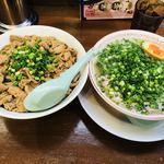 81888537 - だるま(豚骨)チャーシュー(ネギ増量)+もつまんま(大)【料理】