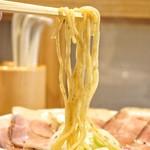 麺屋 優光 - つるりとした食感の麺。