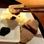 Cafe 茶洒 kanetanaka - 揚点心の上に赤味噌とネギ、鴨を載せて食べる