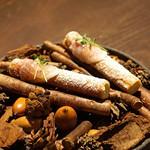 sincere - ポロ葱のムースを入れたクリスピーの生地 生ハムとチーズのパウダーをのせて