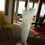 パイレーツ - ドリンク写真:ソーダ水の向こうに日本海