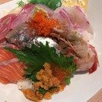 81910268 - 海鮮丼                         下は酢飯。                         海鮮丼好きなんだけど、時間かけて食べると刺身に火が通るから気になるんだけど、酢飯は冷めてたので焦らず食べれました。