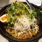 新田屋 梟 - 汁無し担々麺+パクチー(日焼けパクチーを避けた状態)