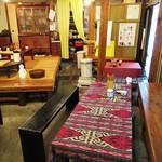 大學堂 大學丼食堂 - 店内。「丸いちゃぶ台」が懐かしい~!(≧∇≦)