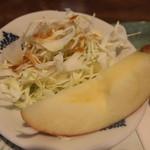 パスターウイング - サラダとりんご