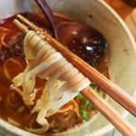 らぁ麺や 汐そば雫 - 担々麺には平打ちストレート麺が使われています