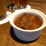肉バル バーレイウィート - お通しは和牛のビール煮。シチューみたいな感じ