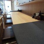 竹乃屋 - 清潔感のあるカウンター席