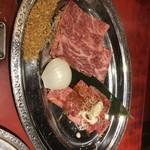 81935368 - 熟成肉の焼きしゃぶ(左側)とろける旨さ!