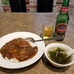 81935578 - 牛バラ肉カレーご飯とスープ、青島ビール