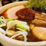 麺処 井の庄 - 充実のトッピングに辛みをオン!