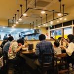 麺処 井の庄 - U字カウンターは常に満席!