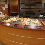 ブレッドバイキング サンマルク - 色々なパンが品ぞろえされてます。