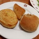 ブレッドバイキング サンマルク - メインディッシュ来るまでに2回目のパン。