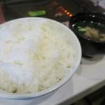 焼肉ノ志志 - きっちり大盛りのライスとスープ