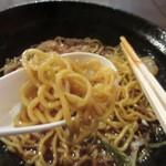 81943988 - 麺は中太でちぢれに少しある麺、これがスープに良く絡んでます。