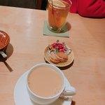 逃現郷 - カフェオレ600円。お菓子付き