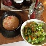 おぶぶ - カニ餡のかかった茶碗蒸しにサラダが付きます