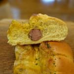 パン・アイス・惣菜 できたて館 - バジルソーセージ断面