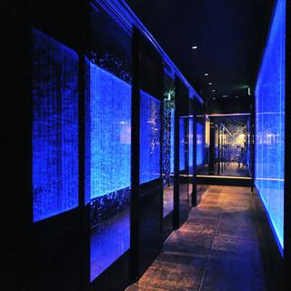 光と水の織り成す幻想的な空間個室