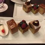 81953420 - パウンドケーキセットの3種のケーキ。                       左端はミントの葉とディアブルフラワーで飾られた苺の形の生クリーム。