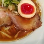 81963994 - ゼリー状の半熟加減がたまらない味付け玉子、薄切りレアチャーシューもスープに合う!