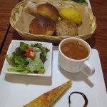 Cafe + Boulangerie Doppo - パンはレーズンパン、胡麻のパン、と黄色いパン^^