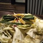 81971267 - 野菜たっぷり~  もつ、豆腐、キャベツ、ニラ                       ゴボウが入ってます