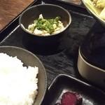 いっぱち  - 定食には 小鉢に豚と玉ねぎをポン酢であえたもの ご飯としば漬けが付いてます