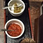 いっぱち  - テーブルにゆず胡椒と 一味唐辛子があります
