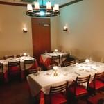 ステーキ&トラットリア カルネジーオ - 内観写真:16名様まで入れる奥のテーブルスペース