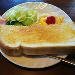 あうる - モーニング(トースト、サラダ、ハム、スクランブルエッグ)