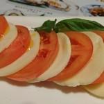 鳥忠 さがみの亭 - モッツァレラチーズとトマトのカプレーゼ