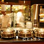 アクアブルー - 活き活きとした料理シーンを見ることができるオープンキッチン