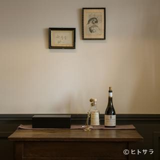 適材適所に飾られ、食事の時間を優雅に彩る、アンティークの品々