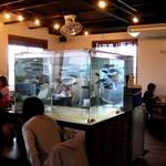 国頭港食堂 - 客席中央に水槽(生け簀)。