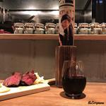 肉バルサンダー - グラスワイン赤と短角牛の肩ロース