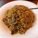 アリヤ 清真美食 - 新疆手抓饭 (黒チャーハンにしか見えないけれど肉は羊肉)