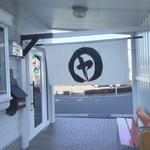 82025642 - 店入口の暖簾。ここで煙草吸えやす。まるにヤは屋号でやすかなぁ❓
