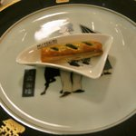 横濱元町 霧笛楼 - 春菊とミモレットチーズの一口パイ
