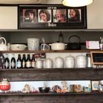 ペニーレーン - 壁にはビートルズの写真が