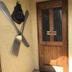ペニーレーン - 入り口には大きなナイフとフォーク