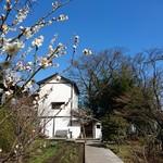 武相荘 - 梅や 山茶花や 椿を眺めながら    入り口に 向かいます