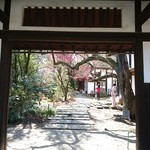 武相荘 - 門を くぐると  バー&ギャラリー  レストラン  ギャラリーと 3棟あります