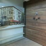 ベッカライ徳多朗 - 入口右側の絵と店名