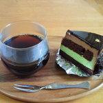 フランス菓子 嬉遊曲 - ピスタチオとチョコレートムースの組み合わせ。